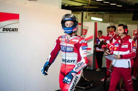 Photo pour 11 novembre 2017, Valence, Espagne Andrea Dovizioso, du team Ducati Motogp, s'est qualifié dans le garage durant la période d'essais libres 4. - image libre de droit