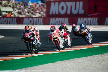 Photo pour 2017, Valence, Espagne Course MotoGP, Manuel Pagliani de l'équipe CIP Moto3 suivi par Albert Arenas de l'équipe Aspar Mahindra Moto3 et Jules Danilo de l'équipe Marinelli Rivacold Snipers Moto3 lors de la dernière course des champions - image libre de droit