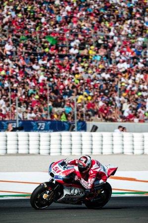 Photo pour 2017, Valence, Espagne Course MotoGP, Michele Pirro du team Ducati Motogp en action lors de la dernière course du championnat - image libre de droit