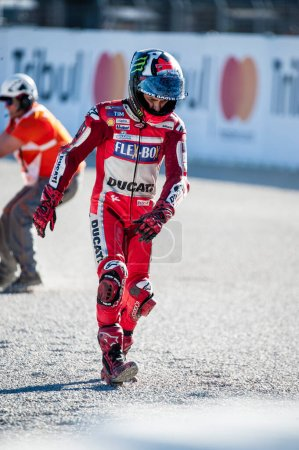 Photo pour 2017, Valence, Espagne Course MotoGP, Jorge Lorenzo du team Ducati Motogp marche après avoir subi une chute lors de la dernière course du championnat - image libre de droit