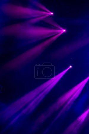 Foto de Imagen abstracta mágica con los rayos de luz de color de los focos en la oscuridad - Imagen libre de derechos