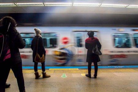 Photo pour ISTANBUL, TURQUIE - 21 OCTOBRE 2015 : la ligne de métro à Istanbul, Turquie. - image libre de droit