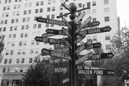 Photo pour Photo monochrome de signes de Pioneer Square au coeur du centre ville de Portland, Usa - image libre de droit