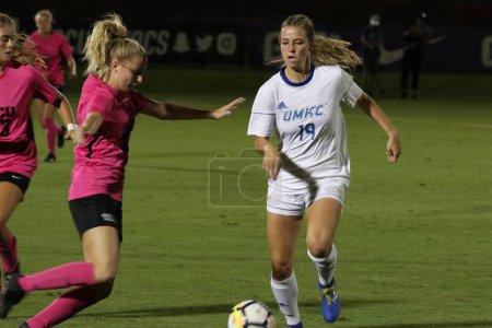 Photo pour Claire Larson MF pour l'Université du Missouri Kansas City au GCU Stadium à Phoenix, AZ / USA 11 oct. 2019 . - image libre de droit