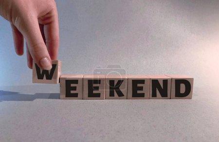 Photo pour Week-end sur des cubes en bois sur un fond bleu clair.Le concept de Hey week-end  . - image libre de droit