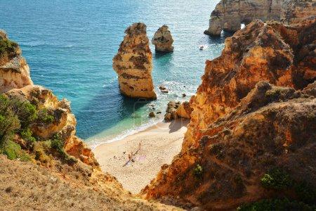 Photo pour Algarve roches formation, plage, destination étonnante au Portugal et toutes les attraction de saisons pour de nombreux touristes dans le monde entier. - image libre de droit