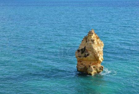 Photo pour Algarve roches formation, destination étonnante au Portugal et toutes les attraction de saisons pour de nombreux touristes dans le monde entier. - image libre de droit