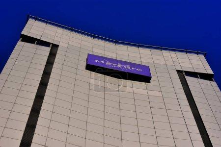 Photo pour Bâtiment moderne avec ciel bleu - image libre de droit