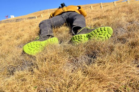 Foto de Niño acostado en la colina - Imagen libre de derechos