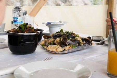 Photo pour L'heure du déjeuner. Manger des moules avec du riz - image libre de droit