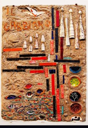 Photo pour Wal en pierre avec des décorations colorées - image libre de droit