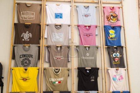 Photo pour Riomaggiore,Cinque Terre, Ligurie, Italie - 24 juin 2015. Magasins de rue. T-shirts avec inscriptions locales. - image libre de droit