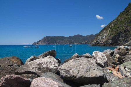 Photo pour Temps de loisirs sur la côte ligure dans les célèbres Cinque Terre , La Spezia, Italie - image libre de droit