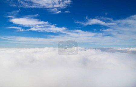 Photo pour Paysage naturel. Ciel bleu avec nuages blancs . - image libre de droit
