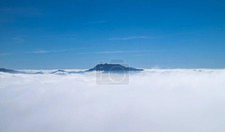 Photo pour Paysage naturel. Ciel bleu avec des nuages blancs. - image libre de droit