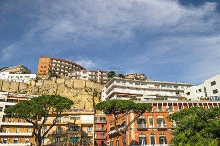 Photo pour Vue sur la ville européenne en montagne - image libre de droit