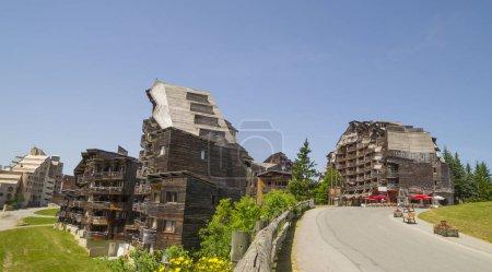 Foto de Avoriaz , Francia - 7 de julio de 2015. Extraños edificios de madera en Avoriaz, complejo de montaña francés, en medio de la Porte du Soleil, Montañas de los Alpes. - Imagen libre de derechos
