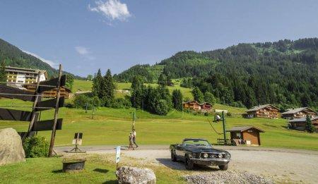 Photo pour Paysage vert dans le village de Chatel, Région touristique des Portes du Soleil, Alpes Français - image libre de droit