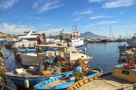 Foto de Nápoles, Italia - 7 de noviembre de 2015. Colorida vista de la ciudad de Nápoles con barcos en el puerto turístico Mergellina y edificios resort en Lungomare costa. - Imagen libre de derechos