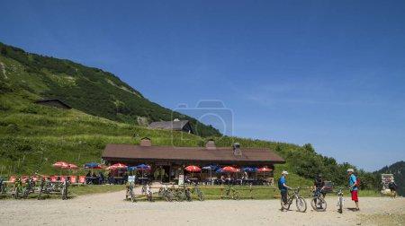 Photo pour Paysage d'été dans les Alpes Français. Indicateurs dans la vallée de l'Abondance dans la région des Portes du Soleil - image libre de droit
