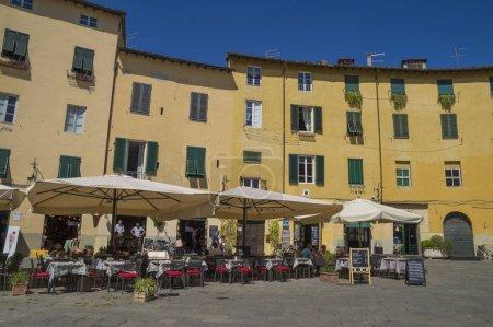 Foto de Lucca Province, Toscana, Italia - 25 de junio de 2015. La Plaza del Anfiteatro, en el corazón de la ciudad toscana de Lucca, Italia - Imagen libre de derechos