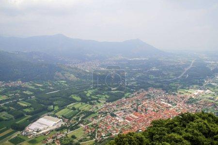Photo pour Vue aérienne de la ville en montagne - image libre de droit