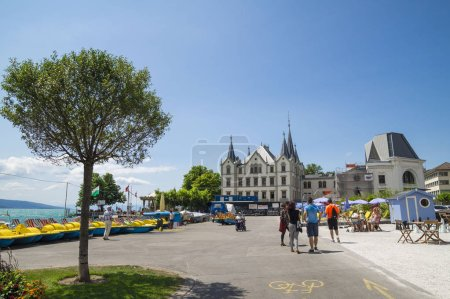 Photo pour VEVEY, SWITZERLAND - JULY 8, 2015. Dramatic summer day at Vevey, town , on the shore of Geneva Lake in Switzerland. - image libre de droit