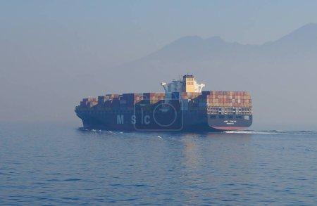 Photo pour Vue du matin sur la mer Méditerranée. Pollution et alerte au smog sur la mer. Transport industriel sur la mer Méditerranée. - image libre de droit