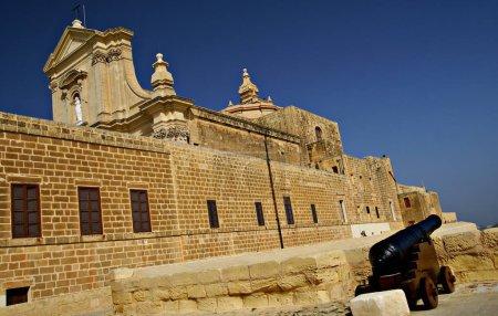 Foto de Victoria,Isla Degozo ,Islas Maltesas - 5 de noviembre de 2014. Catedral de la Ciudadela Victoria, conocida como Rabat, capital de la isla de Gozo, Islas Maltesas - Imagen libre de derechos