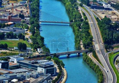 Photo pour Vue imprenable avec pont sur la rivière de l'Isère. Vue de dessus, de Fort Bastille à Grenoble, France - image libre de droit