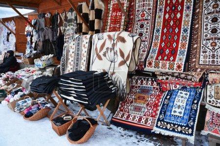 Photo pour Marché avec des vêtements traditionnels en hiver en Roumanie - image libre de droit