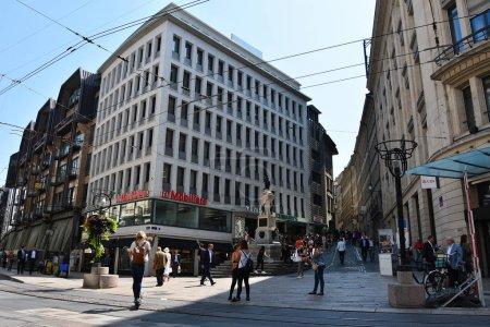 Photo pour GENÈVE, SUISSE - 29 AOÛT 2019. Vue du centre de Genève avec Rue de la Confédération et Rue de la Cité . - image libre de droit