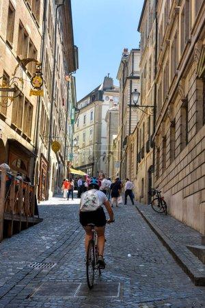 Photo pour GENÈVE, SUISSE - 29 AOÛT 2019. Célèbre rue piétonne de la Cité dans le centre de Genève, Suisse . - image libre de droit