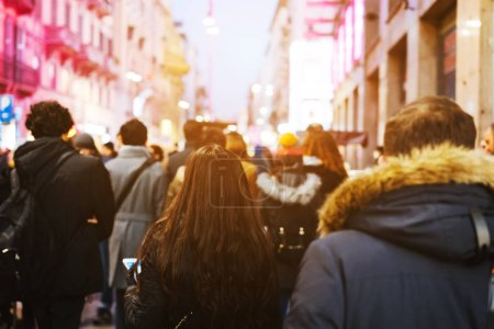 Photo pour Foule de gens marchant sur la rue occupée le jour - image libre de droit