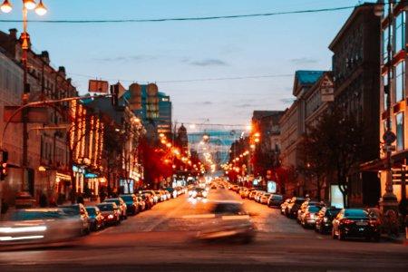 Photo pour Kiev, Ukraine - 14 avril 2019: Vue nocturne des rues de Kiev. Agitation urbaine. Rue Bogdan Khmelnitsky - image libre de droit