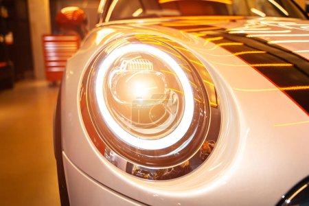 Photo pour Phare de voiture lumineux. Macro photo de détail extérieur automobile comme design industriel et technologique . - image libre de droit