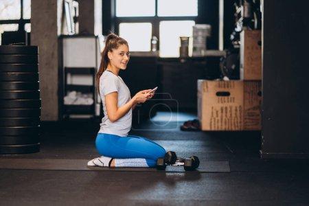 Photo pour Jeune femme faisant du yoga ou pilates exercice - image libre de droit