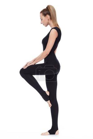 Photo pour Belle jeune femme sexy avec yoga mince gymnastique exercice du style de vie sain corps parfait athlète étirement, formateurs, formateur, fitness, sport, vêtements casual sport vêtements maigres pour l'harmonie de la salle de gym. - image libre de droit