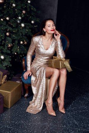Foto de Señora guapa sexy hermosa celebración vacaciones partido estilo desgaste moda vestido feliz Nochebuena y feliz año nuevo regalo caja árbol de Navidad Accesorios Ropa mujer modelo brillo presente. - Imagen libre de derechos