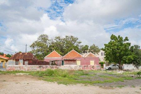 Photo pour Chantier de construction avec vieilles maisons et arbres - image libre de droit