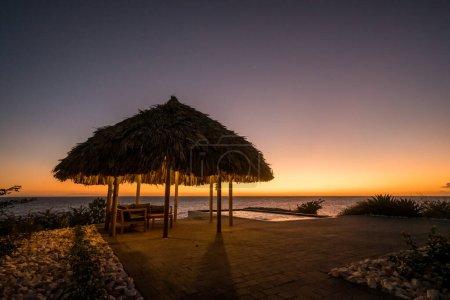 Photo pour Coucher de soleil sur la plage à la station tropicale - image libre de droit