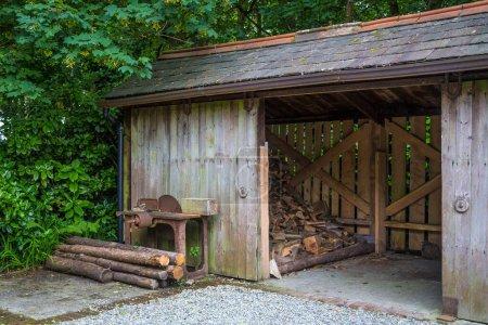 Photo pour Bâtiment en bois dans la forêt - image libre de droit