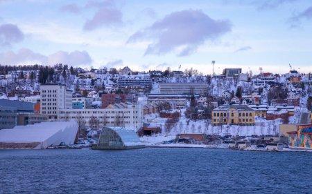 Photo pour Merveilleuse ville Tromso dans le nord de la Norvège avec le port, le grand pont et la cathédrale de glace arctique - image libre de droit