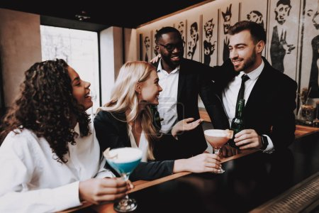 Photo pour Chin-Chin. Cocktails. Les filles et les gars. Ensemble. Clubbing. Communiquent de différentes Races. Bar. Jeunes. Rest. Des boissons alcoolisées. Amusez-vous. Vie nocturne. Joyeuse. Loisirs. Résultats positifs. Émotion. - image libre de droit
