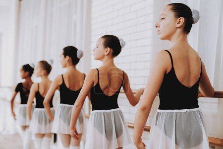Photo pour Formation de ballet de groupe de jeunes filles à l'intérieur. Ballet classique. Fille en Tutu Balerina. Formation intérieure. Danseurs mignons. Spectacle en salle. Pratique de danse. Filles en robes blanches. - image libre de droit