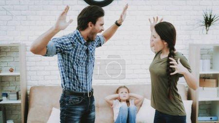 Photo pour Enfant ferme les oreilles. Problèmes familiaux. Scandale des parents. Peur de l'enfant. Personne en colère. Relation compliquée. Querelle de famille. Mauvais Parents. Enfants de souffrances. Homme femme de cris. Femme se disputer avec homme. - image libre de droit