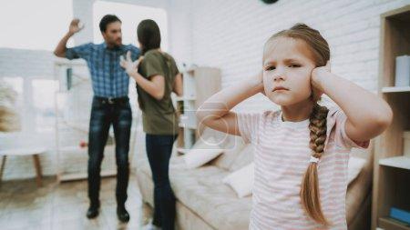 Photo pour Enfant ferme les oreilles. Enfants et Parents de querelles. Problèmes familiaux. Scandale des parents. Peur de l'enfant. Personne en colère. Relation compliquée. Querelle de famille. Mauvais Parents. Enfants de souffrances. Malheureux enfant - image libre de droit