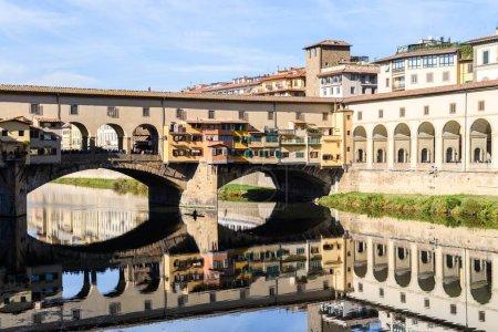 Photo pour Corridor Vasari et Ponte Vecchio sur la rivière Arno, Florence - image libre de droit