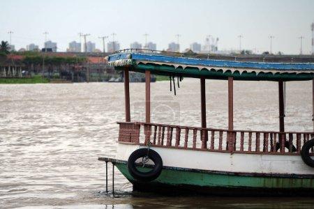 Ferryboat en bois sur la rivière Chaophraya. un bateau pour le transport de passagers, en particulier sur une distance relativement courte à travers la rivière.