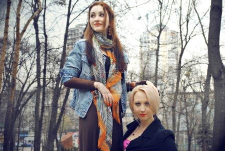 Photo pour Couple de jeunes femmes dans la rue Valeurs familiales - image libre de droit